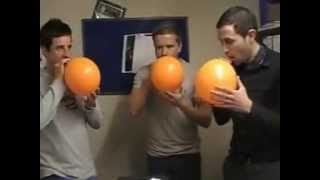 Пацаны жгут ( Надышались гелия )(Мужики подышали гелием из шариков., 2013-06-24T10:56:13.000Z)