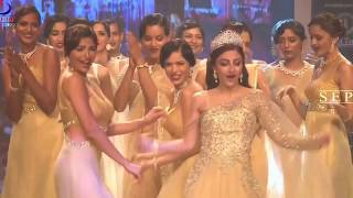 Repeat youtube video Oops Moment Soha Ali Khan Dress Slips On Ramp !!