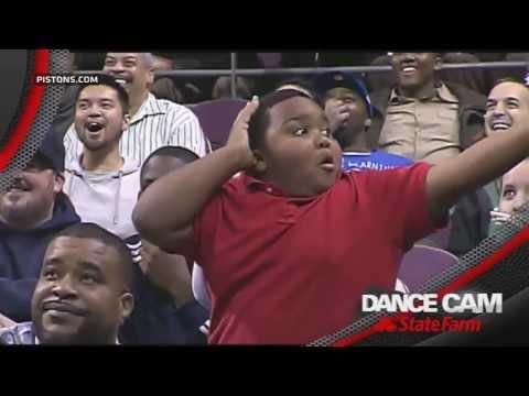 Пацан и охранник танцуют на трибуне DANCE CAM