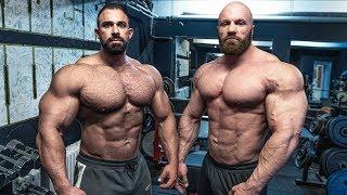 Ist er der breiteste Bodybuilder in Deutschland? Neben Tobi sehe ich aus wie ein kleiner Junge!