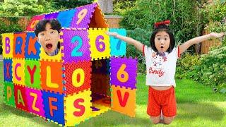 Boram fait une maison avec des de jouets colorés et des puzzles