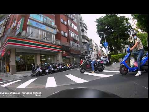兩個闖紅燈的三寶自己差點相撞,台灣道路日常。 CB650R