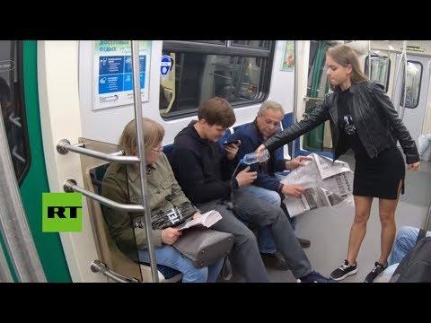 Activistas derraman lejía en la ingle de hombres que se abren de piernas en el metro