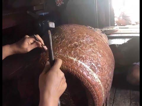 Bong General visiting Khmer hand made Brass Artist. ឆ្លាក់ក្បាច់ស្នាដៃខ្មែរ