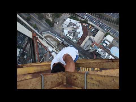 un venezolano que desafia a las alturas con total desparpajo hace furor en las redes