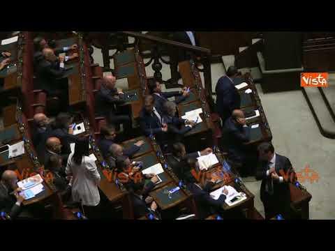 La russa mostra il pugno chiuso ai deputati del pd youtube for Deputati del pd