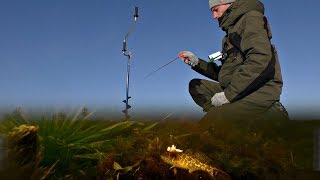 Рыбалка зимой на озере на блесну с салом. Подводная съемка.