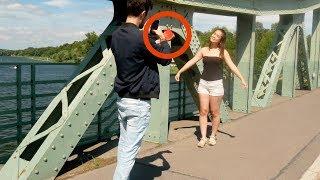 É por isso que ela faz ESTA pose na frente da câmera. Perspectiva é tudo aqui!