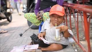 """Anh em """"sọ dừa"""" 15 năm nương tựa nhau bán vé số mưu sinh ở Sài Gòn"""