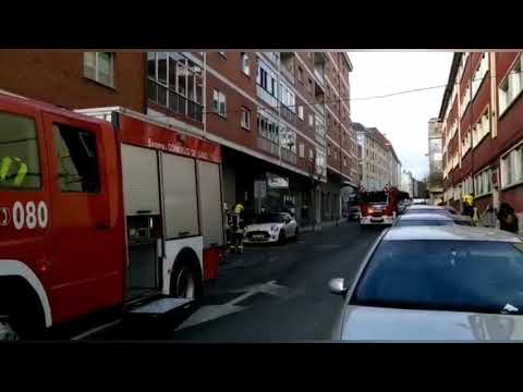 Los bomberos extinguen un fuego que se declaró en un piso de A Residencia