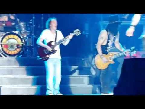 Angus Young tocando AC/DC com Guns N' Roses na Austrália