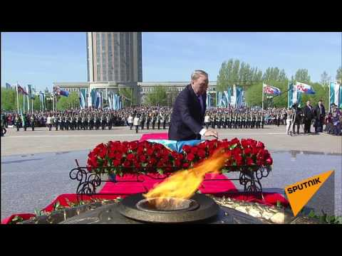 видео: Нурсултан Назарбаев возложил цветы к Вечному огню в Астане