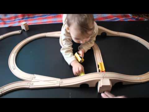Деревянная железная дорога от IKEA.  Играем в дорогу от IKEA.  Видео для детей.