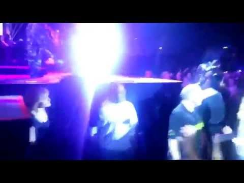 Rihanna Hits / Attack Fan In The Face With Microphone