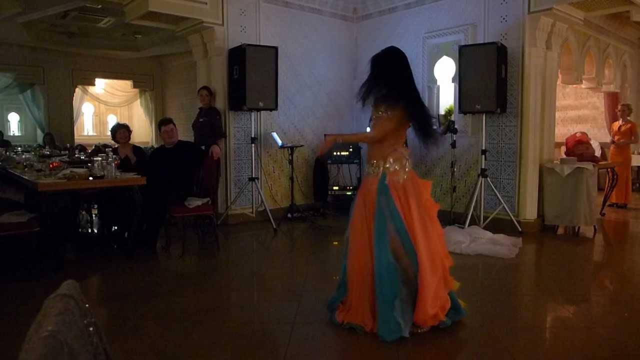 velikolepnaya-bryunetka-v-vostochnom-tantse-video