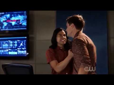 The Flash 5x02 Funny Moments - Caitlin and Ralph help Cisco get over Gypsy