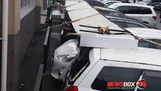 На Черемуховой оторванная вывеска Сбербанка упала на припаркованные автомобили