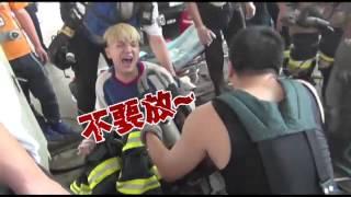 痛到喊媽媽 工讀生失足卡洗車機--蘋果日報20151124 thumbnail