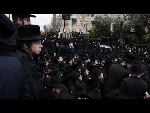 Miles de ultraortodoxos violan el confinamiento en el funeral de un rabino