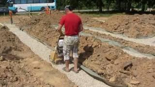 видео как сделать подушку под ленточный фундамент