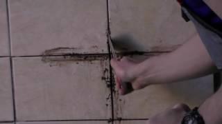 видео Как удалить старую затирку из швов плитки быстро и качественно?