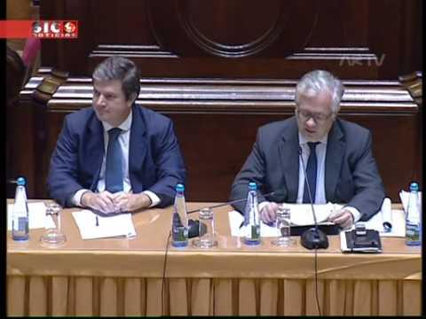 Eduardo Cabrita cria momento caricato ao controlar o microfone no Parlamento
