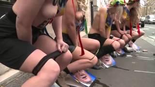 四個裸體美麗女孩當街尿尿,就是用這種抗議才有效「叫吃網」