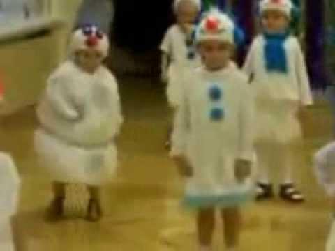 Талантливых детей трудно не заметить, мальчик в садике танцует лучше всех, в костюме снеговика...