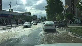 Улицу Пехотинцев залило водой из люка