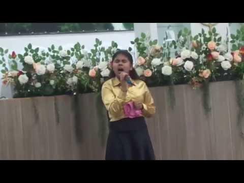 nicole  cantando    na  deus  é  paz  de  campinas/SP