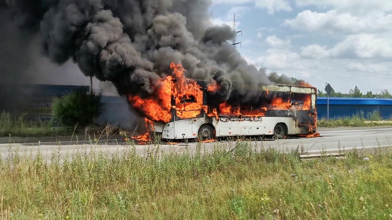 Горит автобус в Новокузнецке в районе авторынка Реформа Кузнецова в действии.