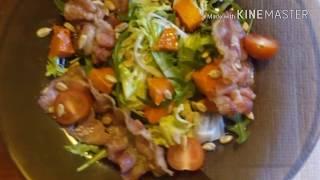 Салат с беконом ,карамелизированной тыквой и семечками подсолнуха.