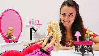 Kenle buluşan Barbie'nin saçını örüyoruz! Eğitici video