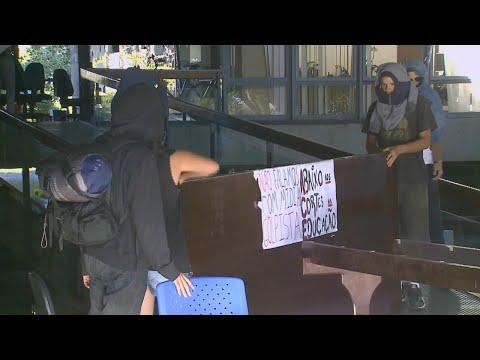 Estudantes desocupam reitoria da UnB após 18 dias de protesto | SBT Brasil (30/04/18)