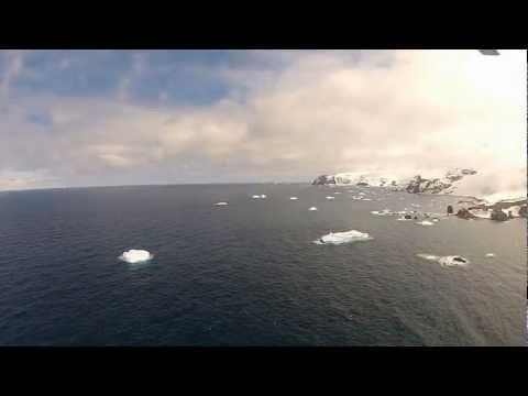 Helicóptero HU-1 voando do navio para Low Head (Antártica)