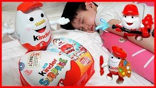 킨더조이 인형이 선물을 가져온 이유는? 킨더 서프라이즈 에그 알까기 보드게임 장난감 놀이 킨더 인형 치료해주고 선물 받기 뉴욕이랑 놀자 NY Toys