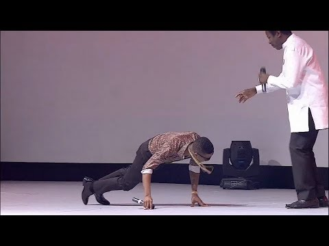 Wizkid Prostrates To King Sunny Ade during a colabo performance at the EbonyLife TV Launch