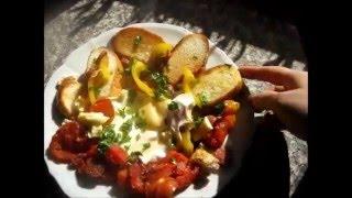 Яйца с овощами, сосисками и сыром