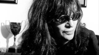 Joey Ramone: I wanna be sedated. Unplugged.