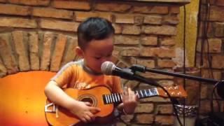 Kuboy vừa đàn vừa hát bài hoa mười giờ cực yêu (30 tháng tuổi)