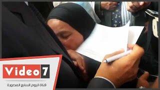 بالفيديو..مسنة تقبل يد محافظ القاهرة بعد توقيعه على خطاب تعيين ابنها: