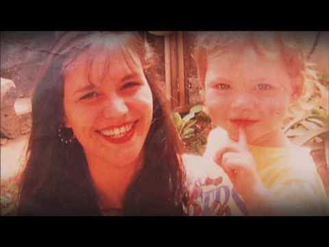 Jovem cantor é resgatado das ruas, revê pais e vê filho pela primeira vez