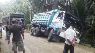 Mobil Truk Tronton Saling Tarik  Menarik hingga Terbalik dan Terperosok Bikin Panik warga