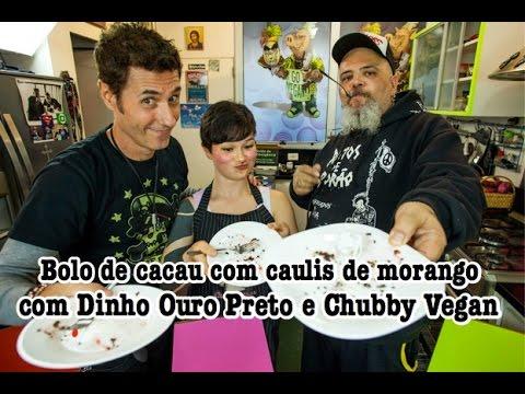 Bolo de cacau com caulis de morango com Dinho Ouro Preto e Chubby Vegan  Panelaço do João Gordo