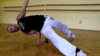Grupo Capoeira Brasil - Graduado GYiA - treinando um movimento de queda de rins