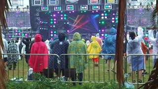 雨の中、観客は一日目より少なめだった。 パフォーマンスは流石!