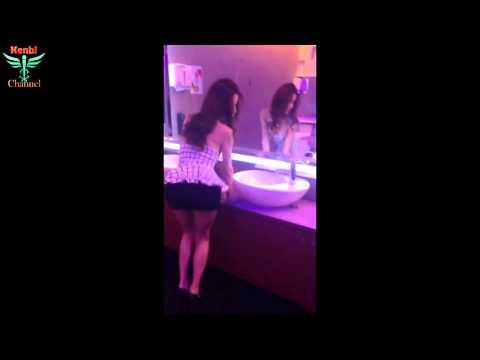 Hot girl trình diễn thời trang trong wc