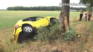Auto tegen boom in Dalfsen