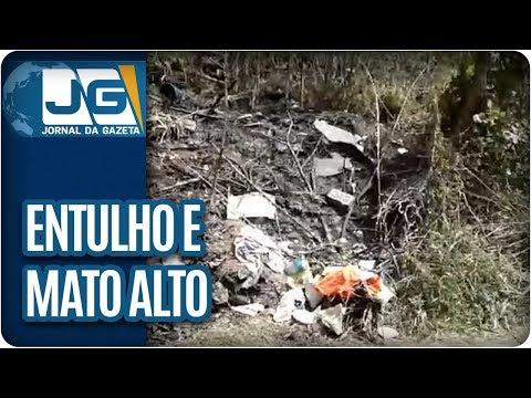 Moradores reclamam de entulho e mato alto em avenida de Cotia