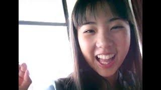 愛田かんなちゃんが楽しそうに風船をふくらませます.